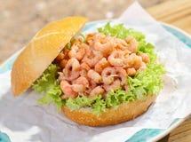 Petit pain croustillant délicieux avec le remplissage de crevette Images libres de droits