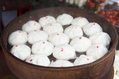 Petit pain cuit à la vapeur par Chinois Photos libres de droits