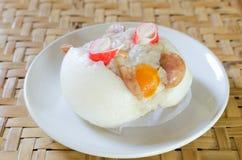 Petit pain cuit à la vapeur par Chinois bourré du porc Image libre de droits