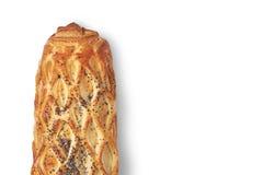 Petit pain cuit au four avec la pâte feuilletée arrosée avec des clous de girofle d'isolement sur le fond blanc photographie stock libre de droits