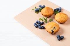 Petit pain cuit au four fait maison avec des myrtilles, baies fraîches, menthe sur le fond en bois L'espace vide pour le texte Photo stock