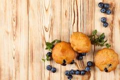 Petit pain cuit au four fait maison avec des myrtilles, baies fraîches, menthe sur le fond en bois L'espace vide pour le texte Image stock