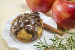 Petit pain délicieux de chocolat avec deux pommes à l'arrière-plan Photo stock