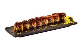 Petit pain d'Unagi Le petit pain de sushi japonais d'anguille a placé du plat en céramique en bois Dinning traditionnel du cui ja photographie stock libre de droits