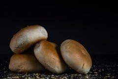 Petit pain dans l'obscurité sur le noir Photo libre de droits