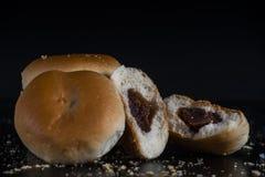 Petit pain dans l'obscurité sur le noir Image libre de droits