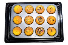 Petit pain dans la casserole de petit pain avec le fond blanc Images stock