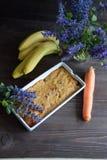 Petit pain de banane et de carotte Image libre de droits