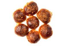 Petit pain de calorie avec des raisins secs arrosés avec des noix photos libres de droits