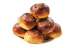 Petit pain de calorie avec des raisins secs arrosés avec des noix des plats photo libre de droits