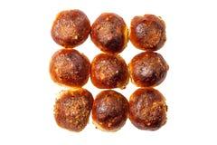 Petit pain de calorie avec des raisins secs arrosés avec des noix sur le blanc image libre de droits