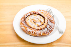Petit pain de cannelle de plat avec la fourchette Photo stock