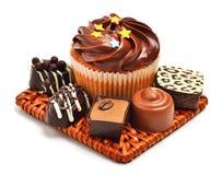 Petit pain de chocolat avec des bonbons à chocolat, sucreries d'isolement Photo stock
