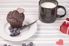 Petit pain de chocolat avec du lait Image libre de droits