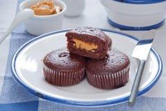 Petit pain de chocolat avec le beurre d'arachide Photographie stock