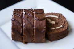Petit pain de chocolat en glaçage image stock