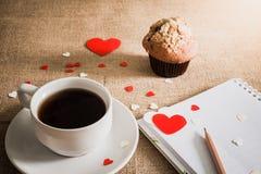 Petit pain de chocolat et café et coeurs sur des textures de toile à sac Photos stock
