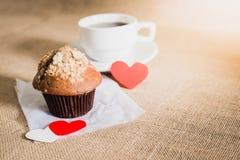Petit pain de chocolat et café et coeurs sur des textures de toile à sac Image stock