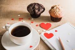 Petit pain de chocolat et café et coeurs sur des textures de toile à sac Images libres de droits