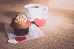 Petit pain de chocolat et café et coeurs sur des textures de toile à sac Photo libre de droits