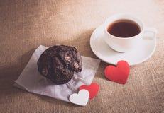 Petit pain de chocolat et café et coeurs sur des textures de toile à sac Image libre de droits