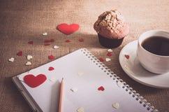 Petit pain de chocolat et café et coeurs sur des textures de toile à sac Photos libres de droits