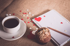 Petit pain de chocolat et café et coeurs sur des textures de toile à sac Photo stock