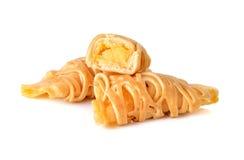 Petit pain de crêpe avec de la crème de vanille sur le blanc Images libres de droits