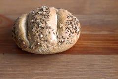Petit pain de pain croustillant frais avec la graine de lin oléagineux et de tournesol sur le fond en bois Vue supérieure, l'espa Photographie stock libre de droits
