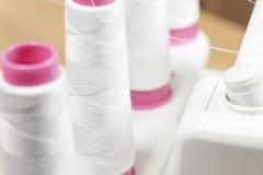 Petit pain de fil sur le machein de couture d'un overlock Image stock