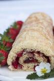 Petit pain de fraise et x28 ; Rulltårta& x29 ; Photographie stock libre de droits