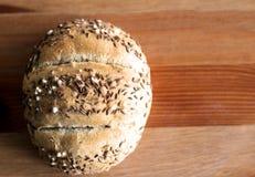 Petit pain de kaiser fraîchement cuit au four savoureux de beurre avec des graines de lin oléagineux et de tournesol Vue supérieu Photographie stock