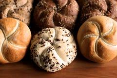 Petit pain de kaiser fraîchement cuit au four savoureux de beurre avec des graines de lin oléagineux et de tournesol Vue supérieu Photos stock