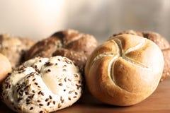 Petit pain de kaiser fraîchement cuit au four savoureux de beurre avec des graines de lin oléagineux et de tournesol Vue supérieu Images libres de droits