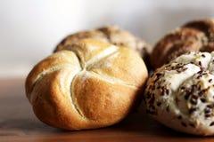 Petit pain de kaiser fraîchement cuit au four savoureux de beurre avec des graines de lin oléagineux et de tournesol Vue supérieu Image stock
