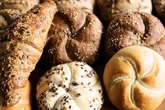Petit pain de kaiser fraîchement cuit au four savoureux de beurre avec des graines de lin oléagineux et de tournesol Vue supérieu Photos libres de droits