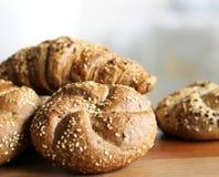Petit pain de kaiser fraîchement cuit au four savoureux de beurre avec des graines de lin oléagineux et de tournesol Vue supérieu Image libre de droits