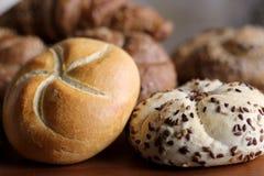 Petit pain de kaiser fraîchement cuit au four savoureux de beurre avec des graines de lin oléagineux et de tournesol Vue supérieu Photo libre de droits