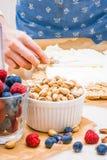 Petit pain de meringue avec des baies et des pistaches image stock