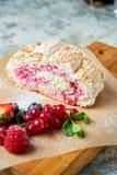 Petit pain de meringue Fond texturis? gris Beaux plats de portion Dessert Cha?ne alimentaire photos libres de droits