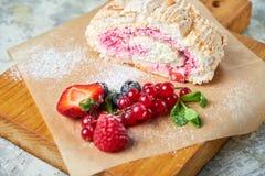 Petit pain de meringue Fond texturis? gris Beaux plats de portion Dessert Cha?ne alimentaire images libres de droits