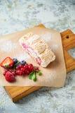 Petit pain de meringue Fond texturis? gris Beaux plats de portion Dessert Cha?ne alimentaire photographie stock
