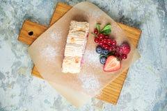 Petit pain de meringue Fond texturis? gris Beaux plats de portion Dessert Cha?ne alimentaire photographie stock libre de droits