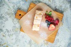 Petit pain de meringue Fond texturis? gris Beaux plats de portion Dessert Cha?ne alimentaire image stock