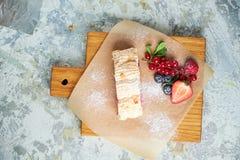 Petit pain de meringue Fond texturis? gris Beaux plats de portion Dessert Cha?ne alimentaire images stock