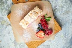 Petit pain de meringue Fond texturis? gris Beaux plats de portion Dessert Cha?ne alimentaire photo stock