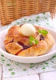 Petit pain de Pâques avec les cerises et l'oeuf de chocolat dans un plat Photos stock