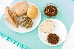Petit pain de pain continental avec la diffusion de noisette de chocolat Image stock