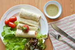 Petit pain de pain et sauce d'accompagnement à salade pour le petit déjeuner images stock