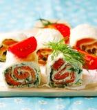 Petit pain de pain plat avec le fromage fondu et les saumons Photos stock